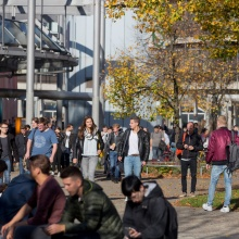 Gruppe von Studierenden auf dem Campusgelände