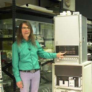 Klemens Krause mit einigen Exponaten des Computermuseums