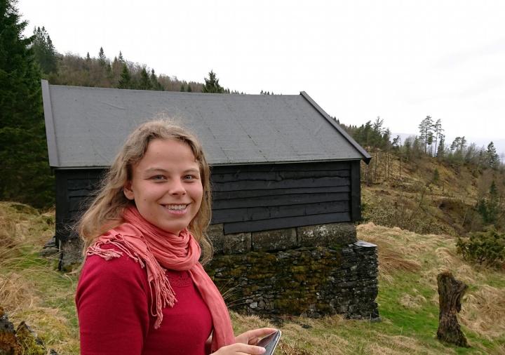 Caroline Mattes vor norwegischer Waldhütte