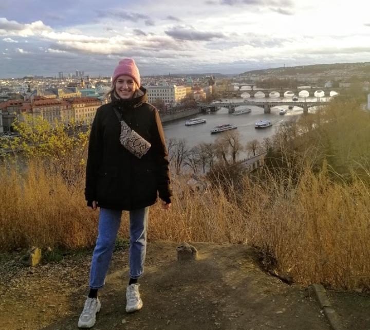Lina Baier im Hintergrund die Stadt Prag